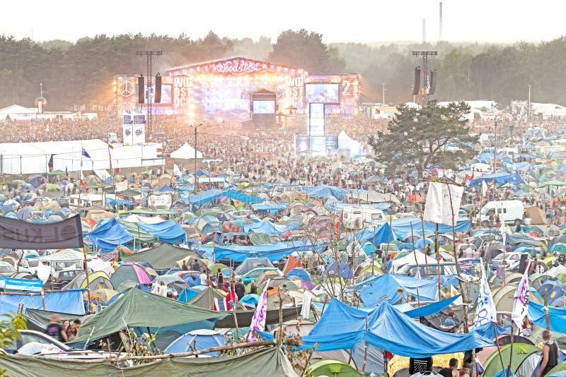 Vue de soirée de concert sur la scène principale et les tentes image stock