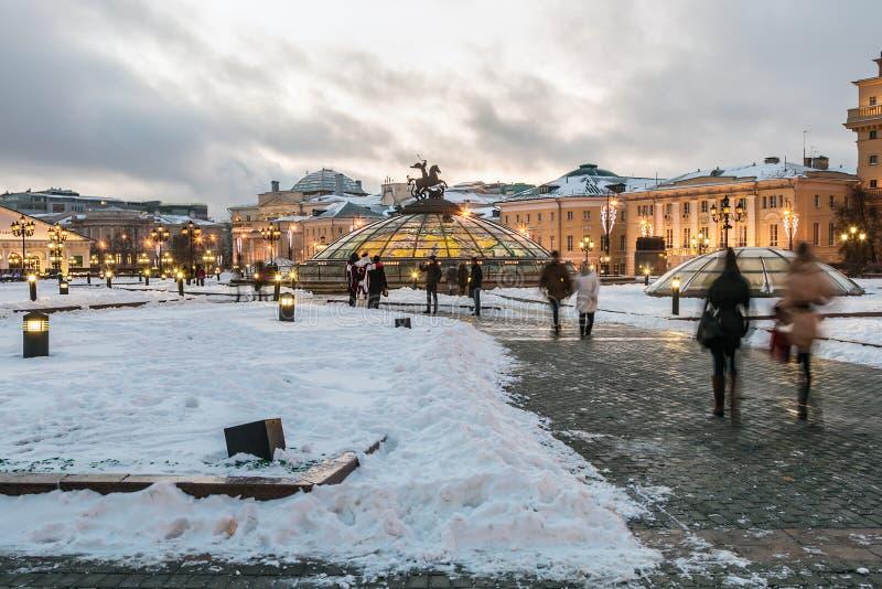 Vue de soirée de la place de Manege à Moscou pendant l'hiver images libres de droits
