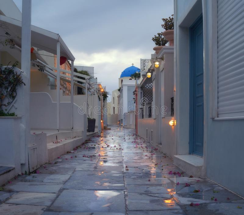 Vue de soirée de la promenade dans le village d'Oia après la pluie photo stock