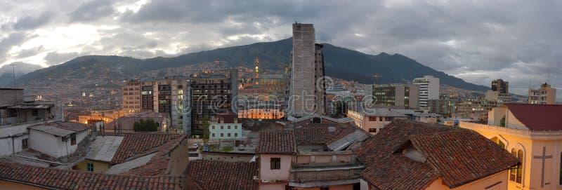 Vue de soirée de Quito. images stock