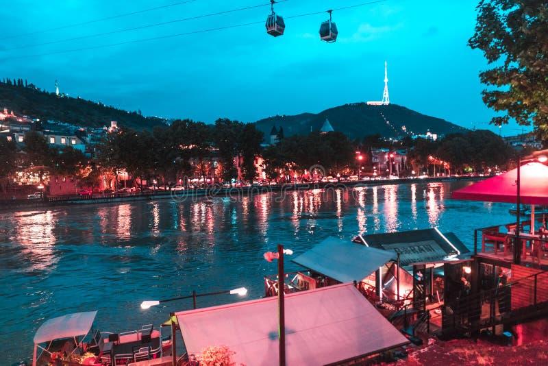 Vue de soirée de Tbilisi et de la rivière Kura au crépuscule images libres de droits