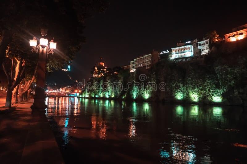 Vue de soirée de Tbilisi et de la rivière Kura au crépuscule photos stock