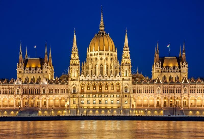 Vue de soirée du bâtiment hongrois du Parlement sur la banque du Danube à Budapest, Hongrie images stock