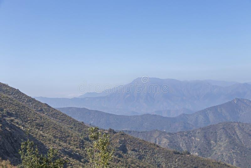 Vue de sommet de montagne avec le paysage des Andes et de l'Aconcagua le temps clair en parc de Campana National de La au Chili c photographie stock