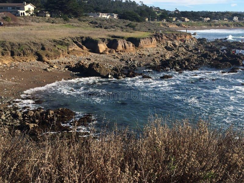 Vue de sommet de rivage rocheux et d'eaux entrantes photos stock