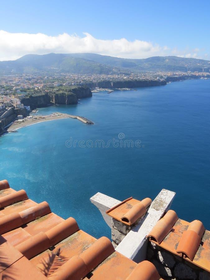 Vue de Sorrente d'en haut Mer tyrrhénienne bleue l'Italie image libre de droits