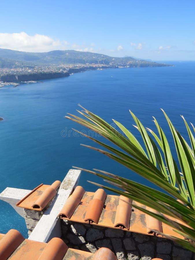Vue de Sorrente d'en haut Mer tyrrhénienne bleue l'Italie images stock