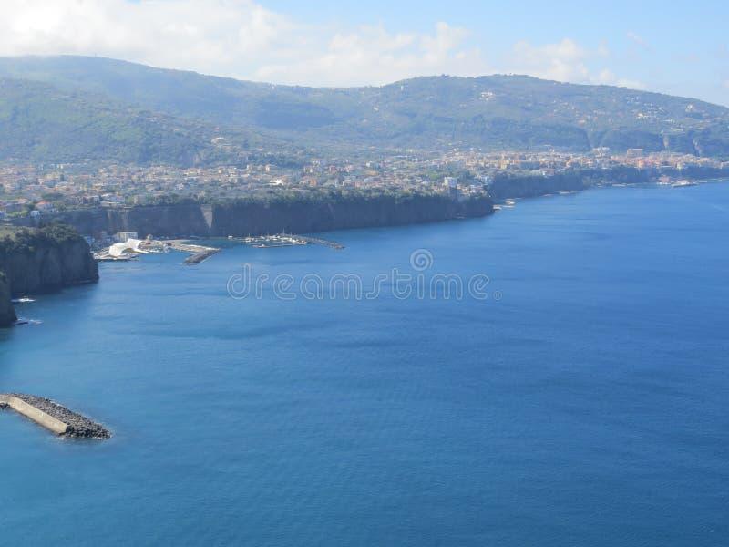 Vue de Sorrente d'en haut Mer tyrrhénienne bleue l'Italie photographie stock
