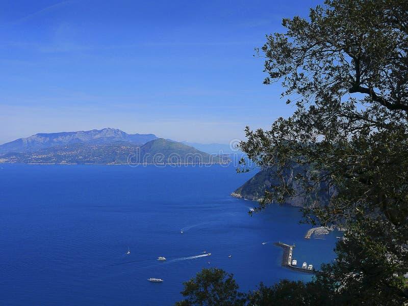 Vue de Sorrente péninsulaire de l'île de Capri Italie images stock