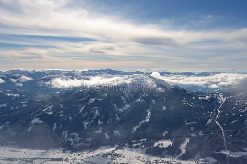 Vue de Speiereck avec le ciel de foudre dans les Alpes autrichiens photos stock