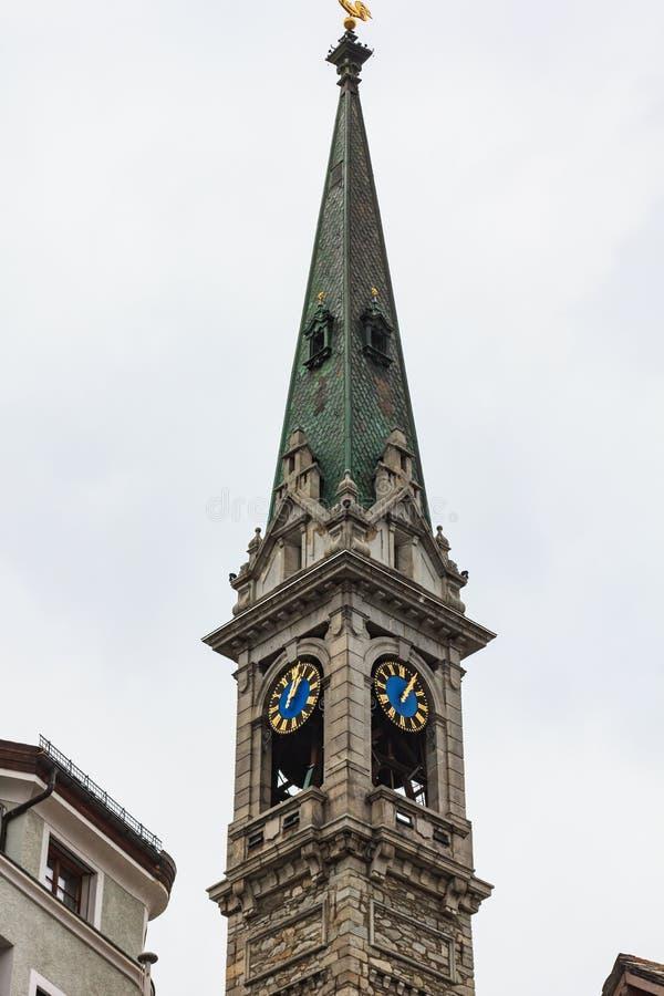 Vue de St Moritz Suisse aux bâtiments et au towe de cloche d'église photo stock
