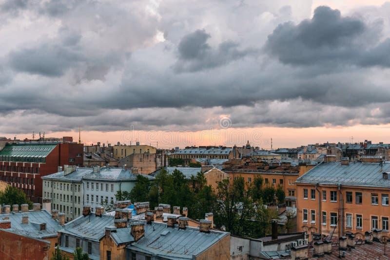 Vue de St Petersbourg à partir de dessus de toit Paysage urbain de St Petersburg, nuages dramatiques, vieux bâtiments, endroit de photographie stock libre de droits