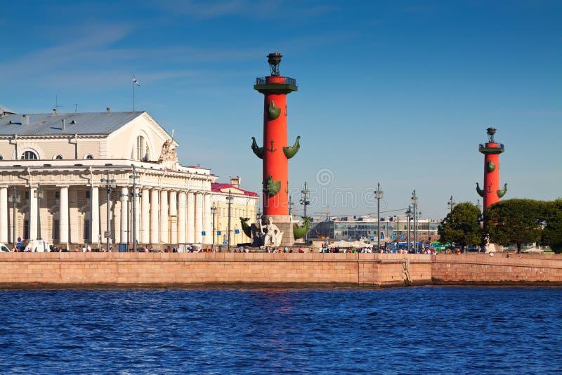 Vue de St Petersburg. Colonnes Rostral images libres de droits