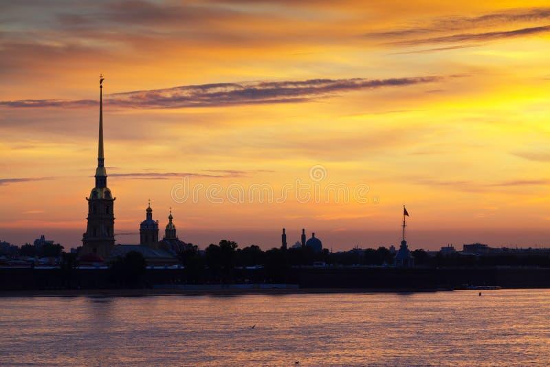 Vue de St Petersburg dans l'aube d'été image libre de droits