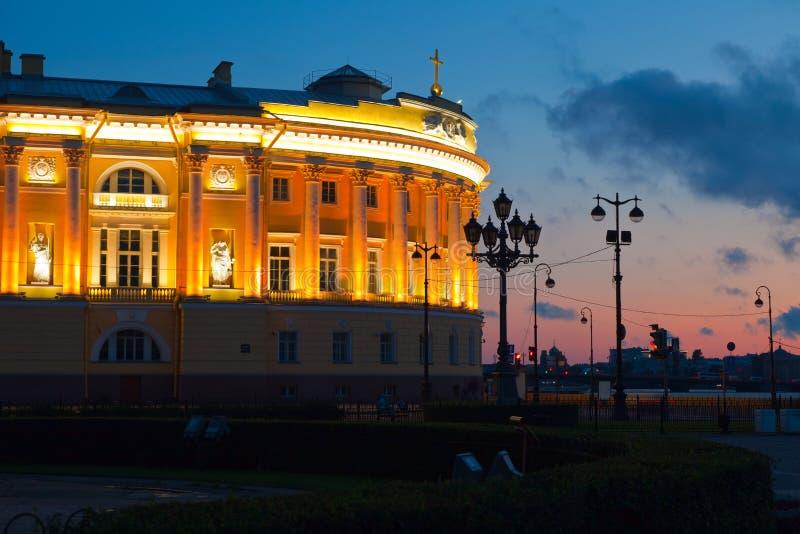 Vue de St Petersburg dans le coucher du soleil photographie stock libre de droits