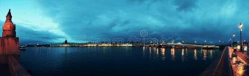 Vue de St Petersburg et de Neva River, Russie Cathédrale du ` s de St Isaac, le Golden Dome, l'Amirauté, le pont de palais, le r photo libre de droits