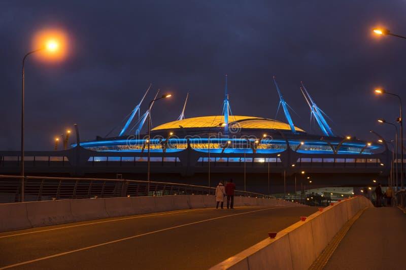 Vue de St Petersburg le soir, la route, un comple de sports photographie stock