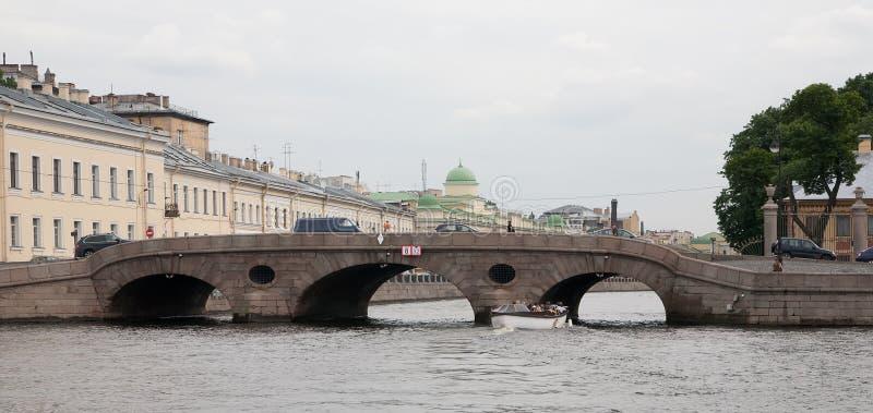 Vue de St Petersburg. Passerelle d'Inzhenerniy photos stock