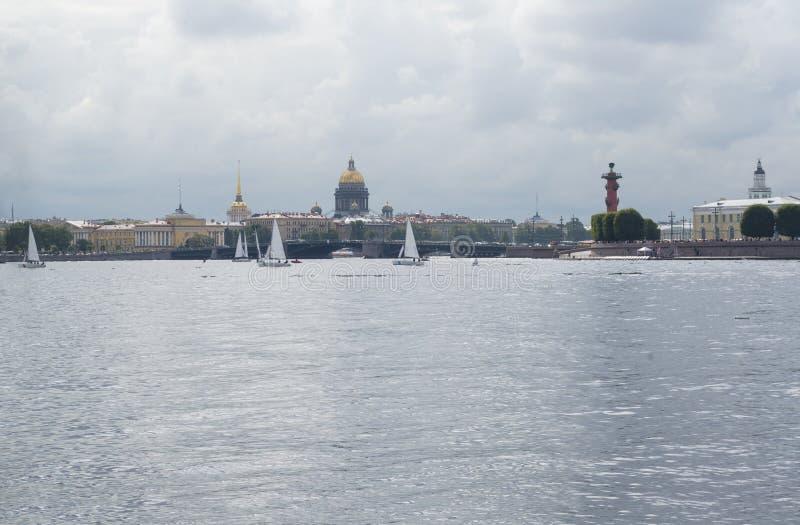 Vue de St Petersburg, yachts sur le Neva, le dôme de St Isaa photos stock