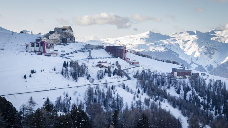 Vue de station de sports d'hiver de Plagne Aime 2000 de La dans les Alpes français de la Savoie La neige a couvert des montagnes  image libre de droits
