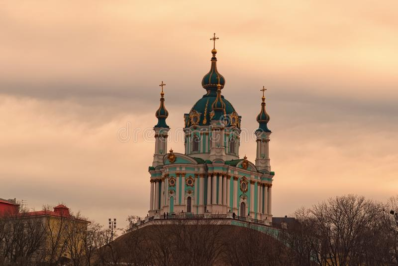 Vue de stupéfaction de l'église ou de la cathédrale de St Andrew antique de St Andrew contre le ciel vibrant coloré pendant le co photos libres de droits