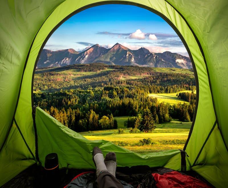 Vue de stupéfaction de tente aux montagnes de Belianske Tatra au coucher du soleil photo libre de droits