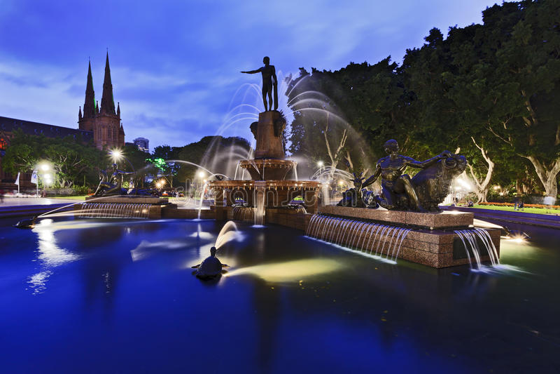 Vue de Sydney Hyde Park Side au coucher du soleil photo libre de droits