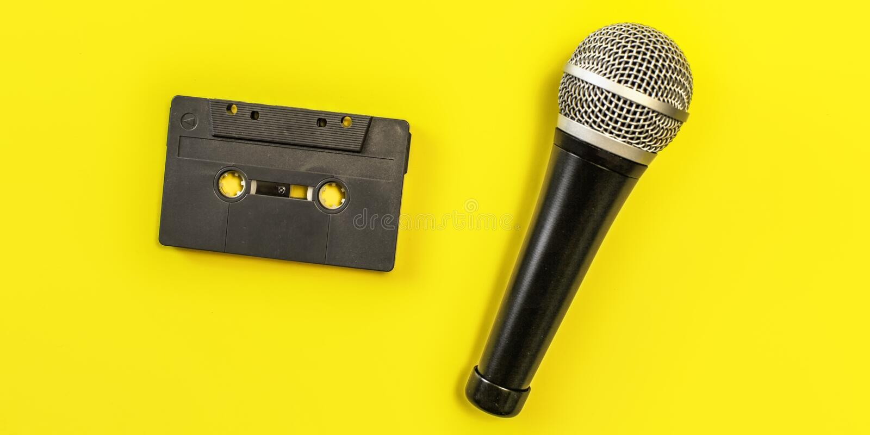 Vue de table - cassette sonore et microphone sur le conseil jaune photo libre de droits