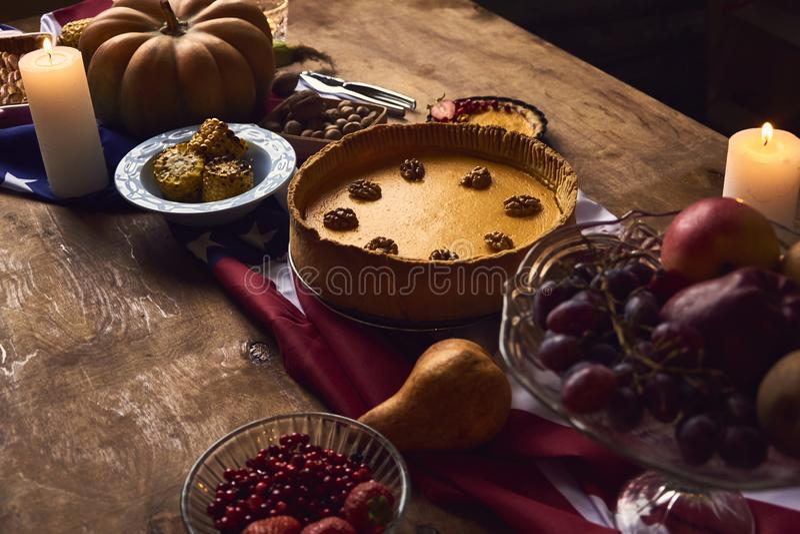 Vue de table servie au dîner de thanksgiving images stock
