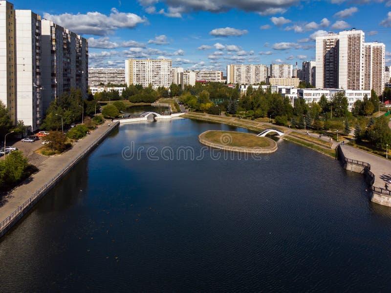 vue de taille d'étang et de maisons de ville dans Zelenograd à Moscou, Russie images libres de droits
