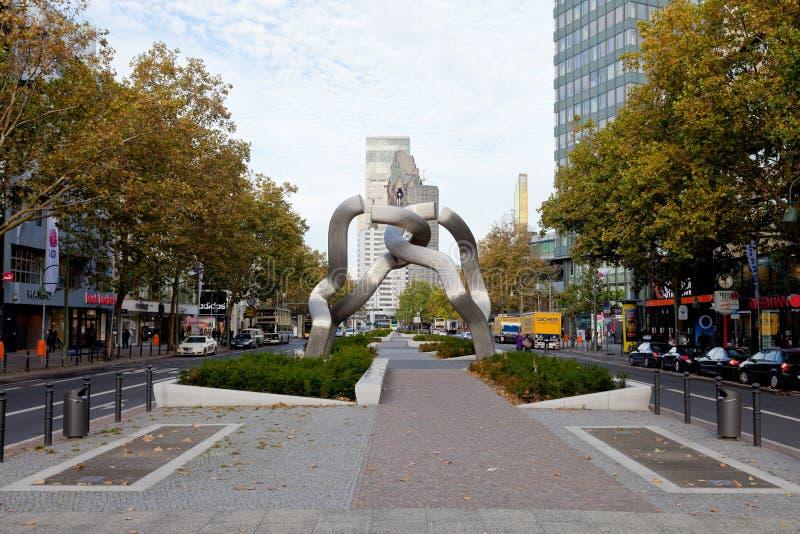 Vue de Tauentzienstrasse avec la sculpture Berlin photos stock
