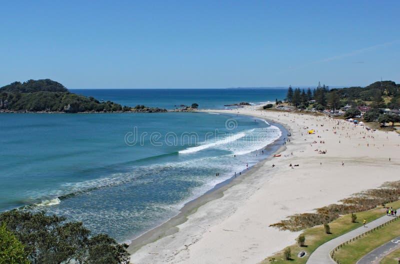 Vue de Tauranga de bâti Maunganui au Nouvelle-Zélande Le ressac roule dessus à la plage sablonneuse parfaite photos stock