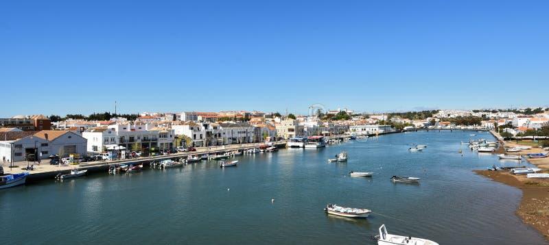 Vue de Tavira du DOS Descobrimentos, rivière de Gilao, Portugal de pont photographie stock libre de droits