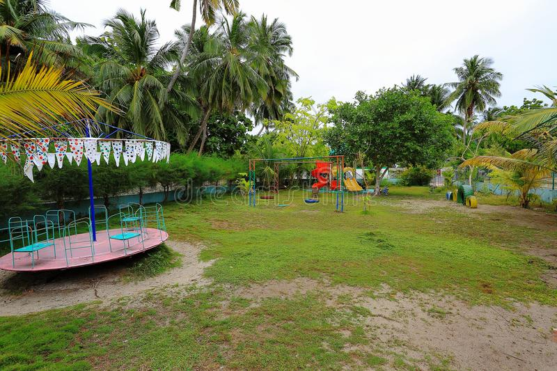Vue de terrain de jeu extérieur sur l'île Maldive Danghethi Arbres tropicaux verts sur le fond image stock