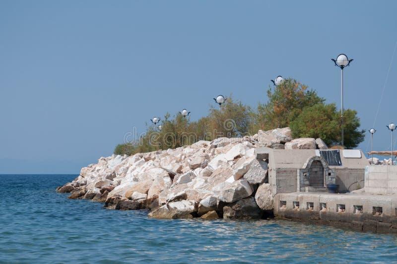 Vue de terrasse ? c?t? de la mer avec une plate-forme d'observation dans le robinet de distancewater pr?s de la plage et de la me photo libre de droits