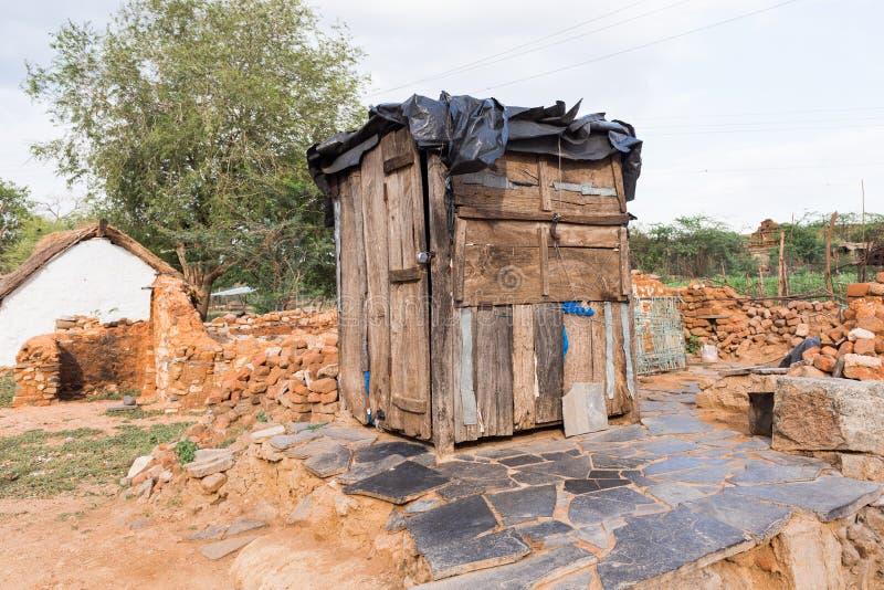 Vue de toilette indienne rurale, Puttaparthi, Andhra Pradesh, Inde Copiez l'espace pour le texte images stock