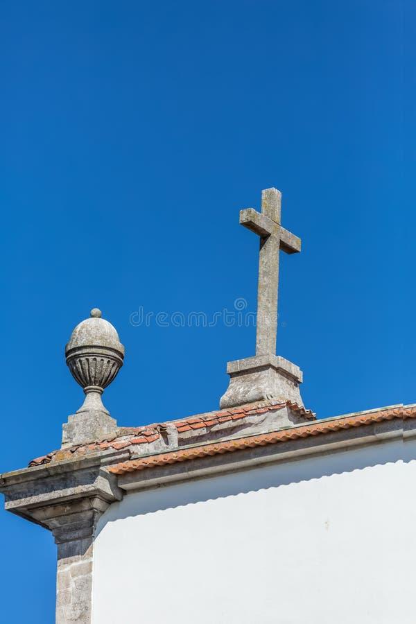 Vue de toit d'église religieuse chrétienne, avec la croix et le sommet image libre de droits