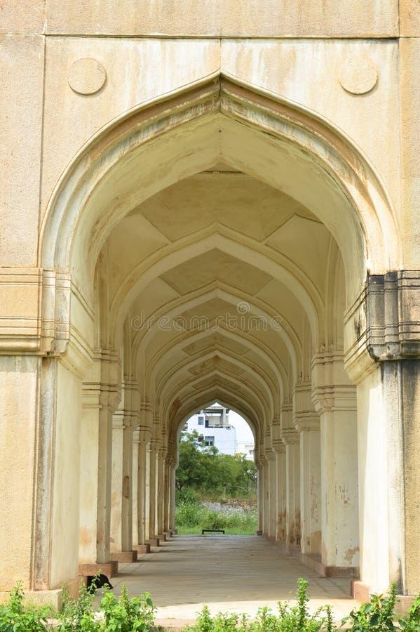 Vue de tombe d'architecture longue avec le fond de ciel image stock