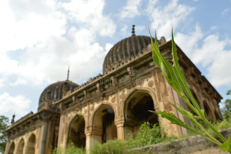 Vue de tombe d'architecture longue avec le fond de ciel images libres de droits