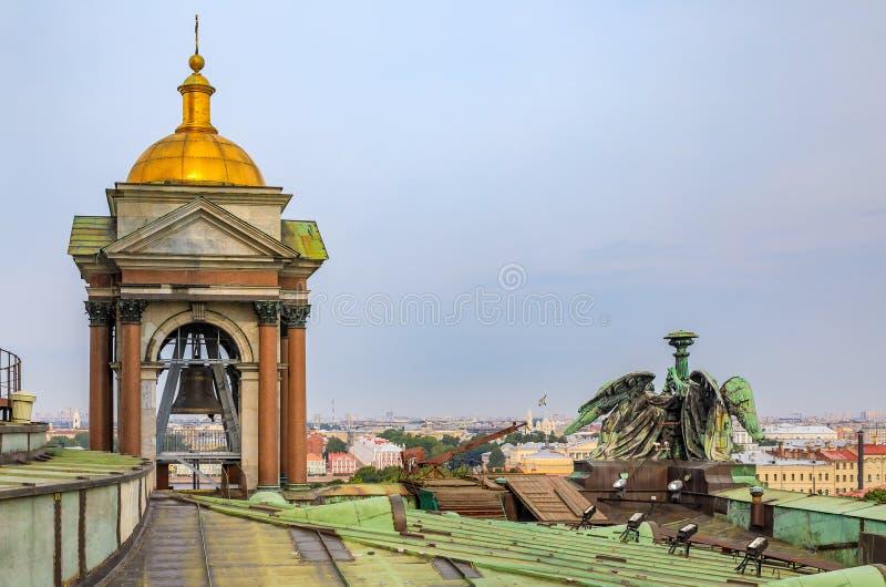 Vue de tour de cloche et des statues d'ange sur le toit du saint Isaac' ; cathédrale orthodoxe russe de s dans le St Petersb image stock