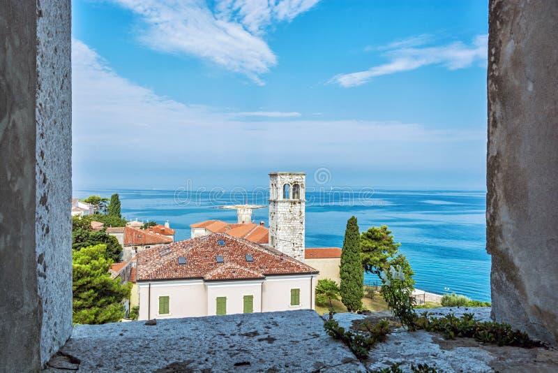 Vue de tour d'église de basilique d'Euphrasian, Porec, Croatie images libres de droits