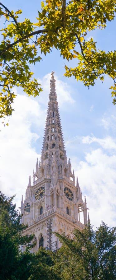 Vue de tour d'église entourée par des arbres en Zagreb Croatia image stock