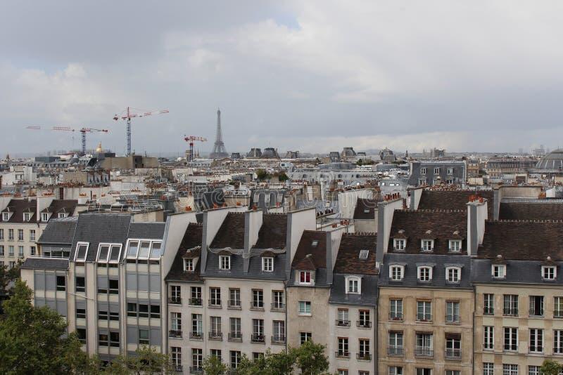 Vue de Tour Eiffel un jour nuageux Toits de Paris image libre de droits