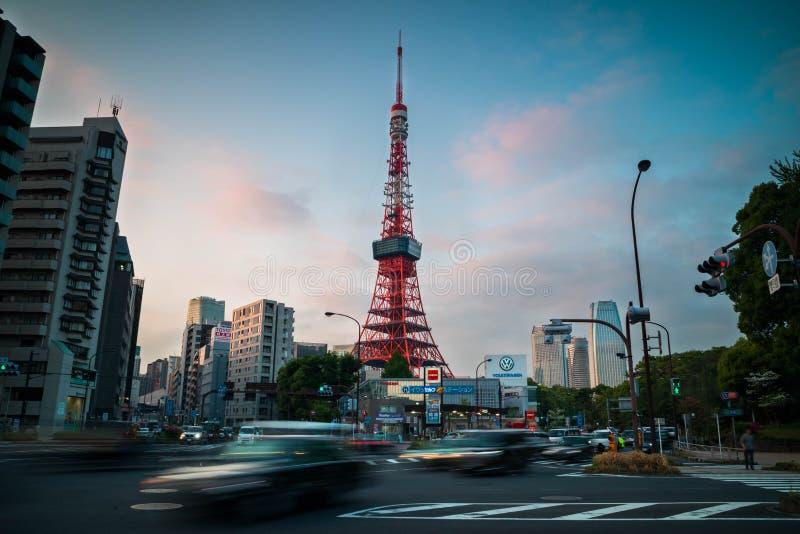 Vue de tour de Tokyo avec le trafic dans le premier plan soir?e Orientation d'horizontal photographie stock