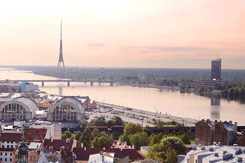 Vue de tour de TV, de gare ferroviaire et de dvina occidentale pendant le matin, Riga photographie stock