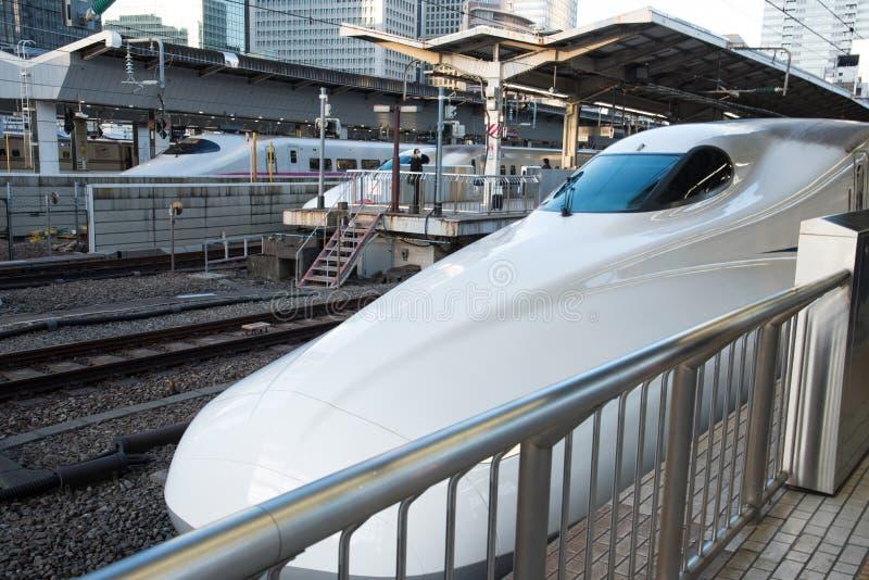 Vue de train de balle de Shinkansen à la station de Tokyo, Japon photo libre de droits