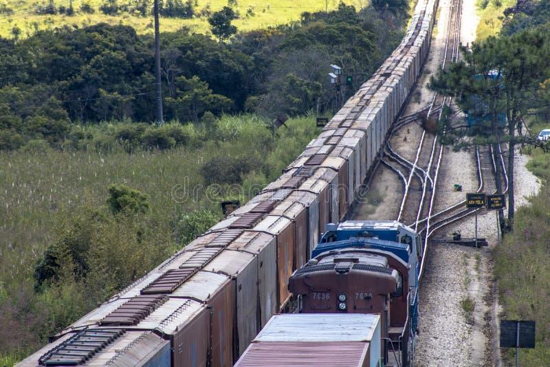 Vue de train de fret se déplaçant du point de vue du haut pont photo stock