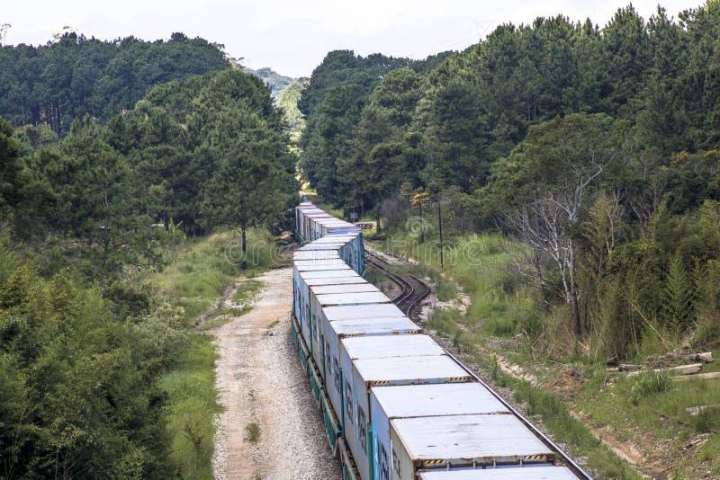Vue de train de fret se déplaçant du point de vue du haut pont photo libre de droits