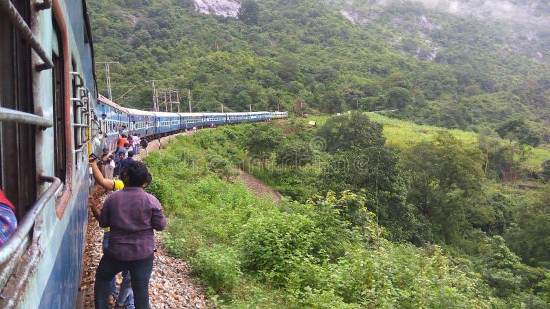 Vue de train - sur le chemin à la vallée d'araku photos libres de droits