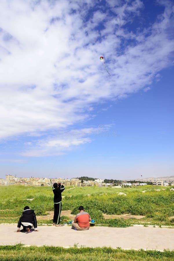 Vue de trois garçons jordaniens jouant avec le cerf-volant dans la citadelle d'Amman, Jordanie photo stock
